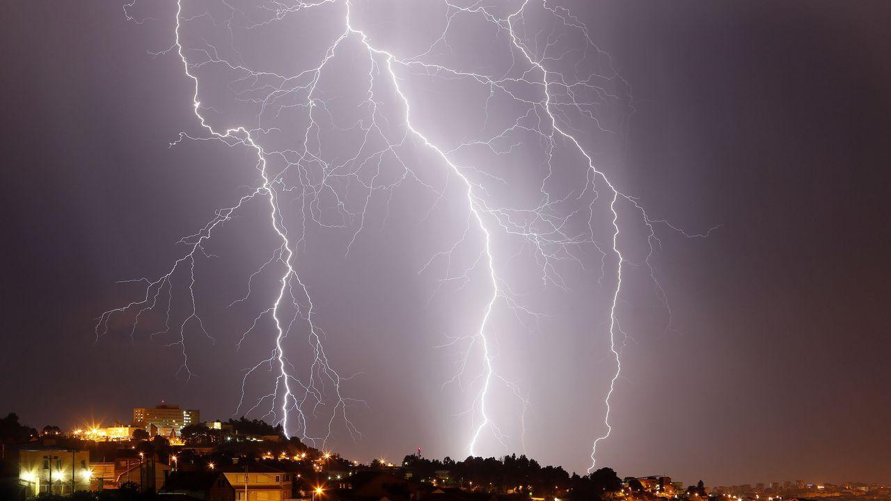 El Nordés amenaza con dejar escasa la despensa de sardina.Una fuerte tormenta de granizo ha caído sobre Oviedo