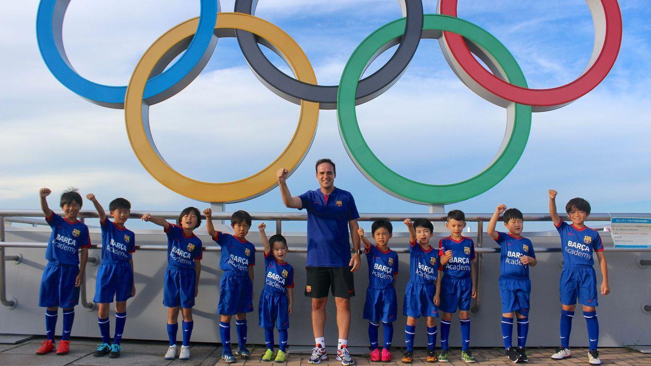 Cote Iglesias y sus alumnos en una de las zonas olímpicas de Yokohama