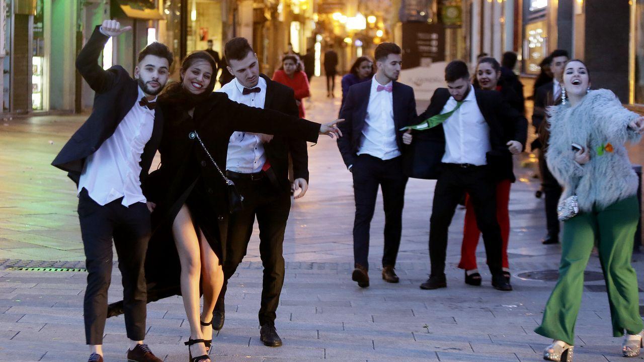 Basura y restos de botellón en las calles de A Coruña.Decenas de jóvenes celebran a primera hora de este lunes la llegada del Año Nuevo en A Coruña.