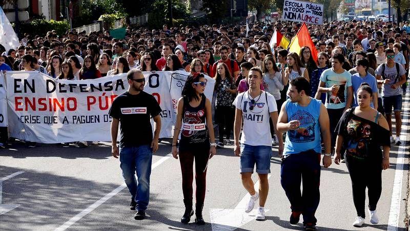 Huelga de estudiantes en Vigo.El equipo de seguridad del presidente de la Xunta tuvo que intervenir ante la protesta.