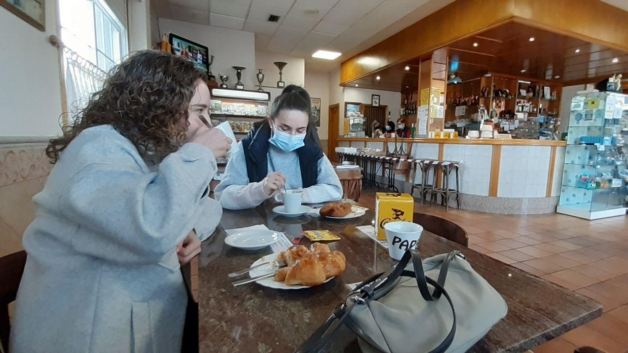 Marina y Andrea disfrutan de su desayuno en Casa Zapateiro de Mesía. Fuera hay 9 grados de temperatura