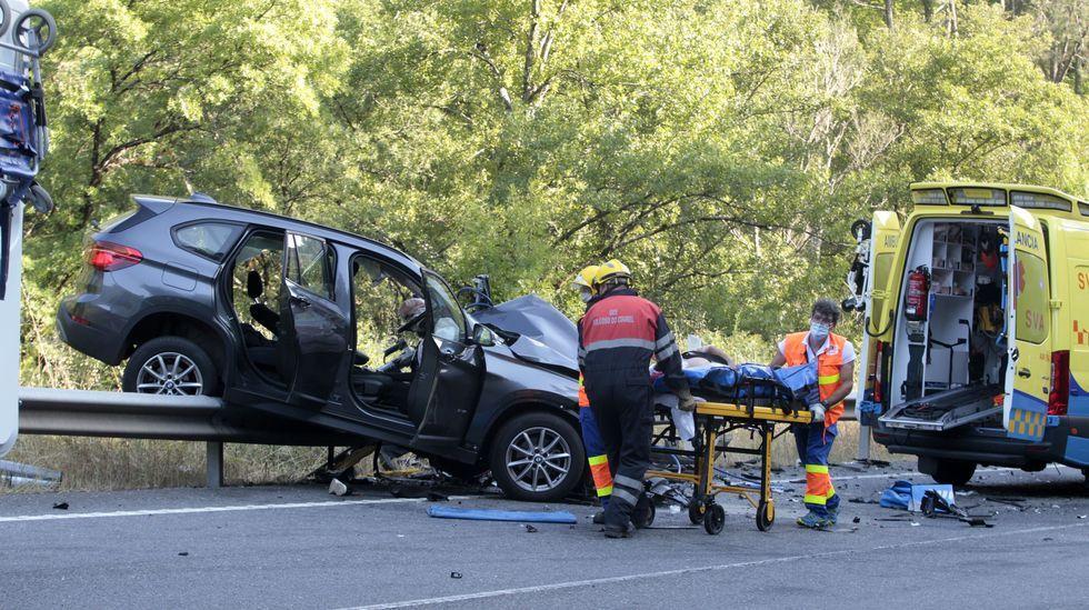 Momento en que uno de los dos heridos en el accidente de Quiroga es trasladado en camilla a la ambulancia