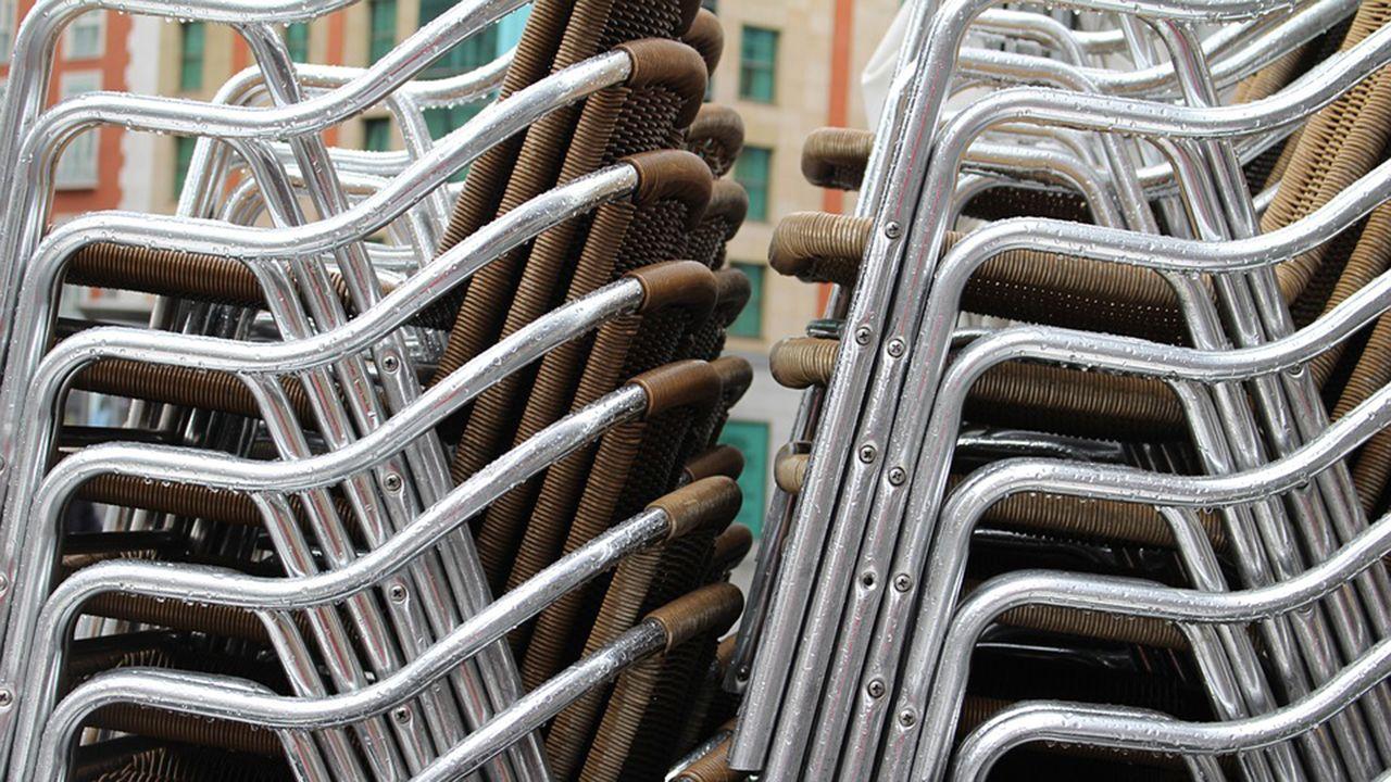 A hostalaría de Compostela ante o covid-19.Las sillas de la terraza de un bar, apiladas