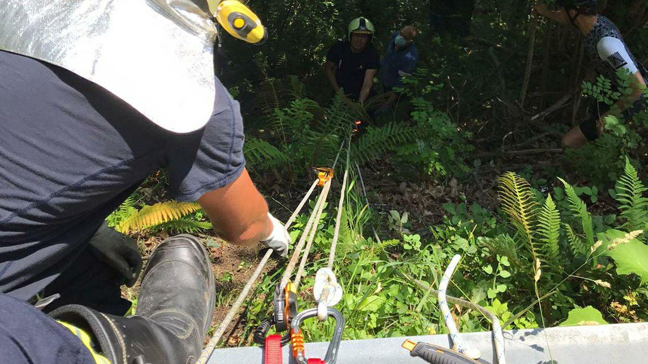 Así es la trampa para ciclistas instalada en el monte de A Cidade en Ribeira.Los bomberos rescatan a un ciclista mediante poleas en Langreo
