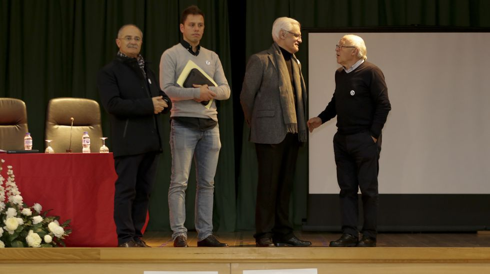 Víctor Freixanes, presidente da RAG (segundo pola dereita), estivo na Coruña no único centro privado que participa coa iniciativa, o Fogar de Santa Margarida.