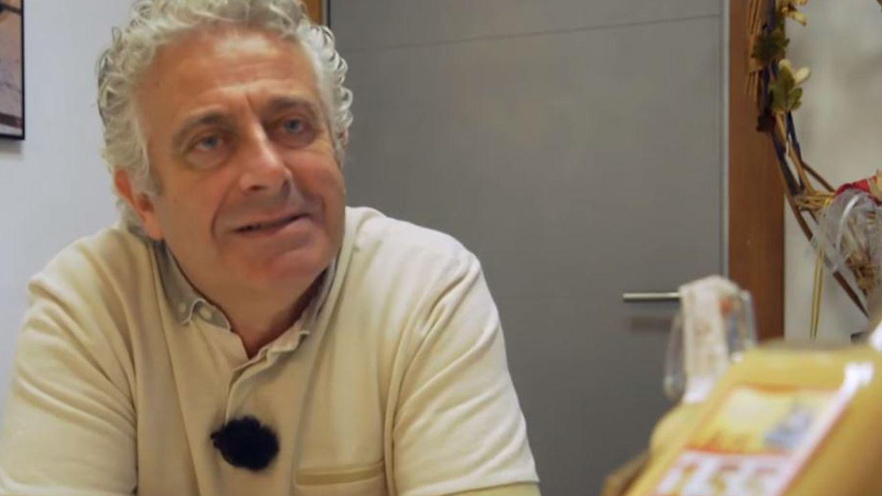 Conduciendo con un joven en el capó.Rubén Lavandera, fundador de la empresa «Licores y Aguardientes Hijoputa»