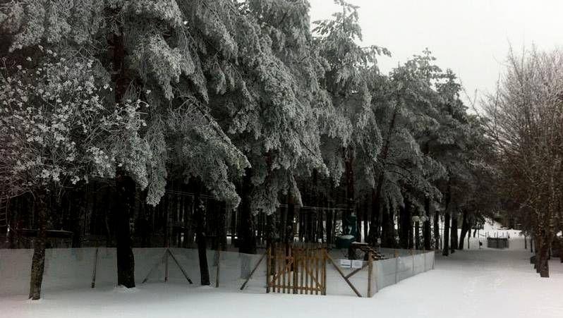 La estación de esquí ha amanecido cubierta de una densa capa de nieve