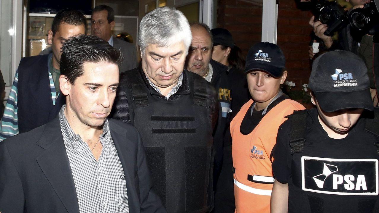Lázaro Báez, en el centro, es escoltado a su llegada al aeropuerto de San Fernando, en Buenos Aires, en abril del 2016