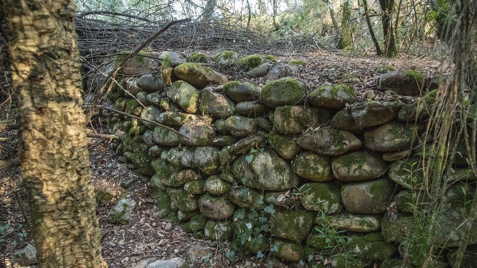 Muros de cantos rodados en la antigua explotación minera de A Borrén