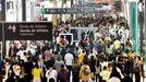 Miles de personas llenan el centro comercial Vialia de Vigo el primer fin de semana tras su apertura