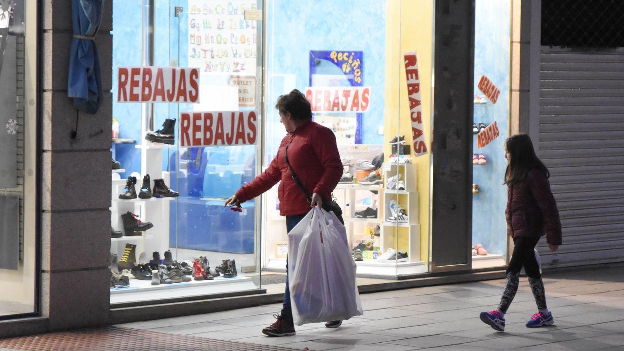 Multitud de bajos comerciales permanecen cerrados en Noia.Un tramo de la Travesía da Mariña, con establecimientos cerrados y otros asentados hace años