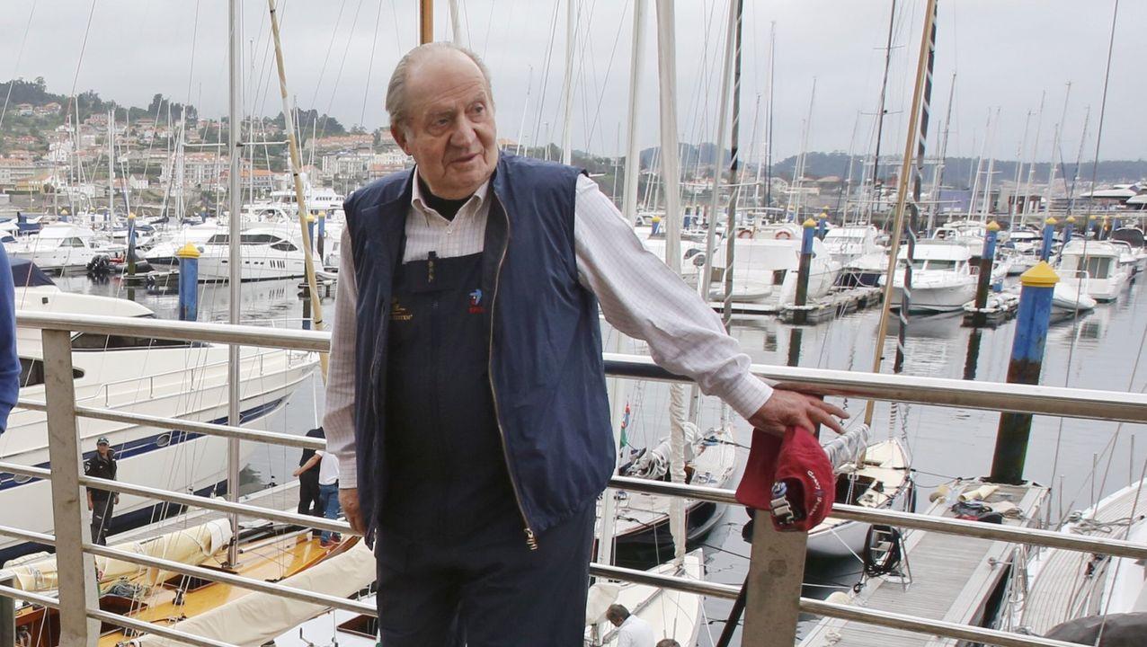 El rey emérito, en el 2016, antes de embarcar para una regata en el puerto deportivo de Sanxenxo