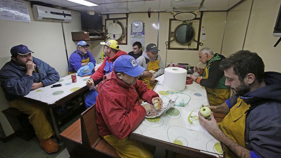 Los marineros pasando el rato en el interior del barco