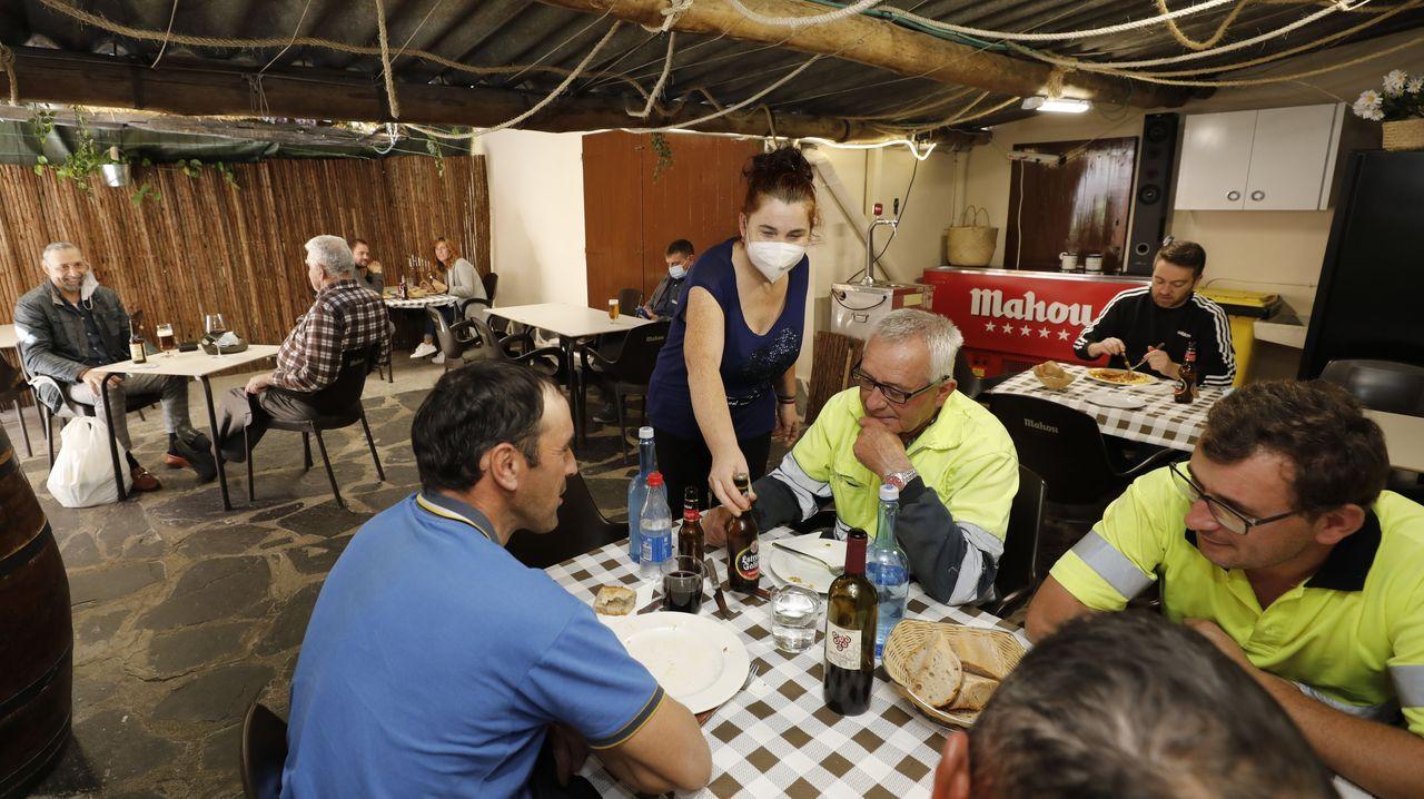 En el interior del Cetim.En A Bodega, en San Cibrao, comen a diario el menú del día obreros de empresas y particulares