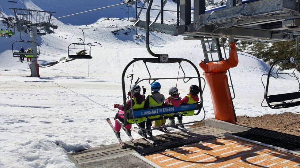 Esquiadores en la telesilla de Fuentes de Invierno.Esquiadores en la telesilla de Fuentes de Invierno