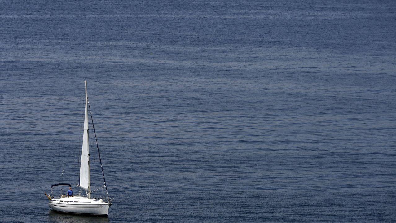 Simulacro de naufragio superado con éxito en las aguas internacionales del Miño.Un velero en la ría de Vigo, en imagen de archivo