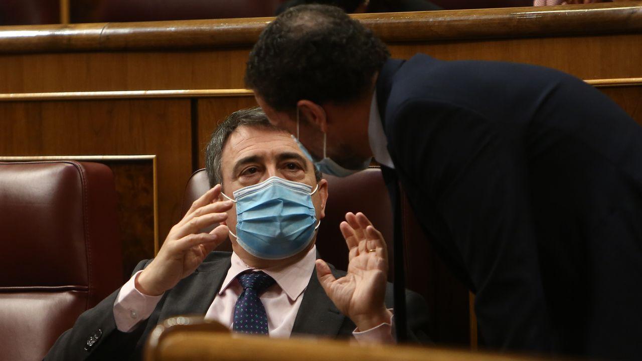 El portavoz del PNV, Aitor Esteban, conversa, este martes, con el portavoz de Ciudadanos en el Congreso, Edmundo Bal