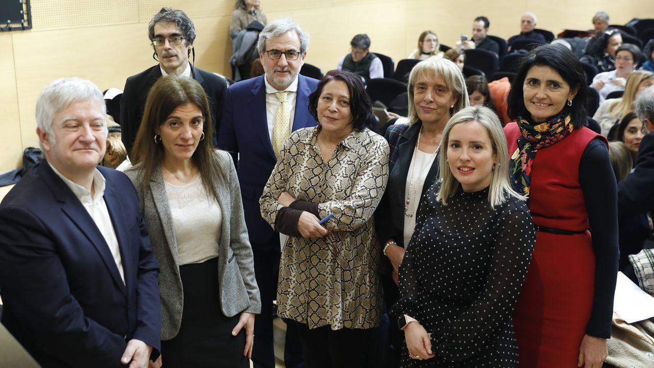 El presidente del Principado de Asturias, Adrián Barbón (2i), y la consejera de Hacienda, Ana Cárcaba (3i), tras la aprobación, este jueves, del proyecto de ley de Presupuestos del Principado para 2020,