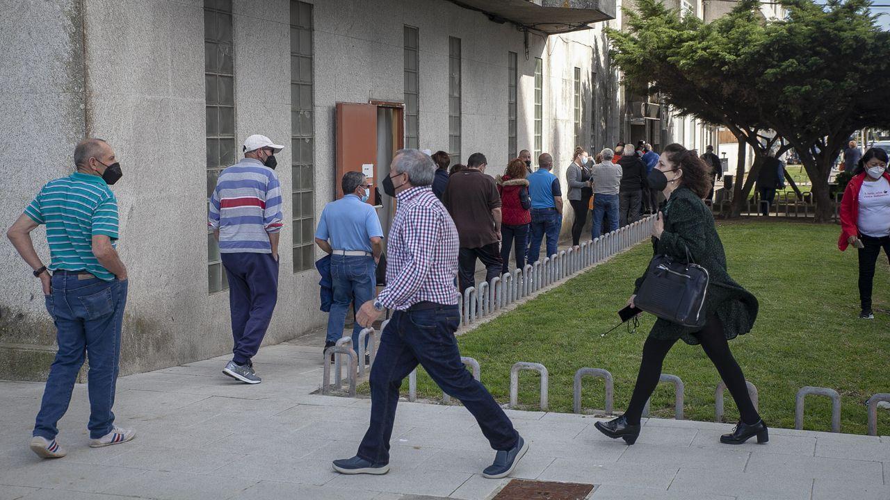 Sanidade realizó ayer dos cribados en Ribeira, uno en el centro de salud a vecinos de entre 60 y 70 años (en la imagen), y otro a los trabajadores de la lonja