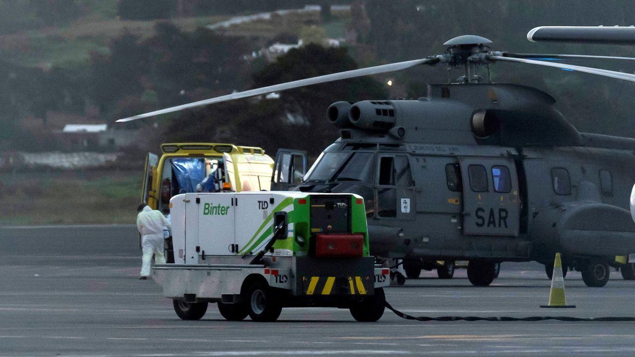 Helicóptero del Servicio Aéreo de Rescate con los tres inmigrantes rescatados al suroeste de El Hierro