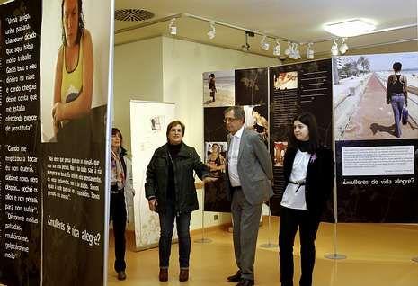 Desnutridos, sucios y amordazados.La exposición fue inaugurada ayer en el Pazo da Cultura de Carballo.