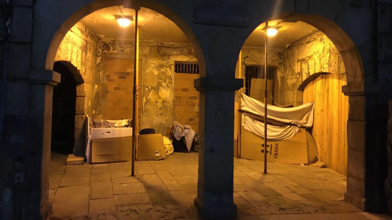 Personas sin hogar pasan la noche en los soportales de O Berbés, a cero grados y entre cartones