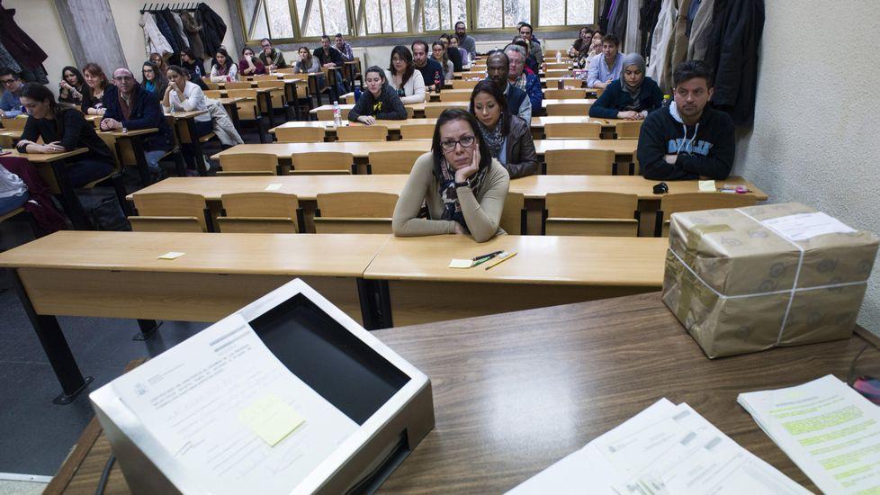 El MIR congrega a2.340 candidatos en Asturias.Varios universitarios antes de examinarse para obtener una plaza de médico residente (MIR)