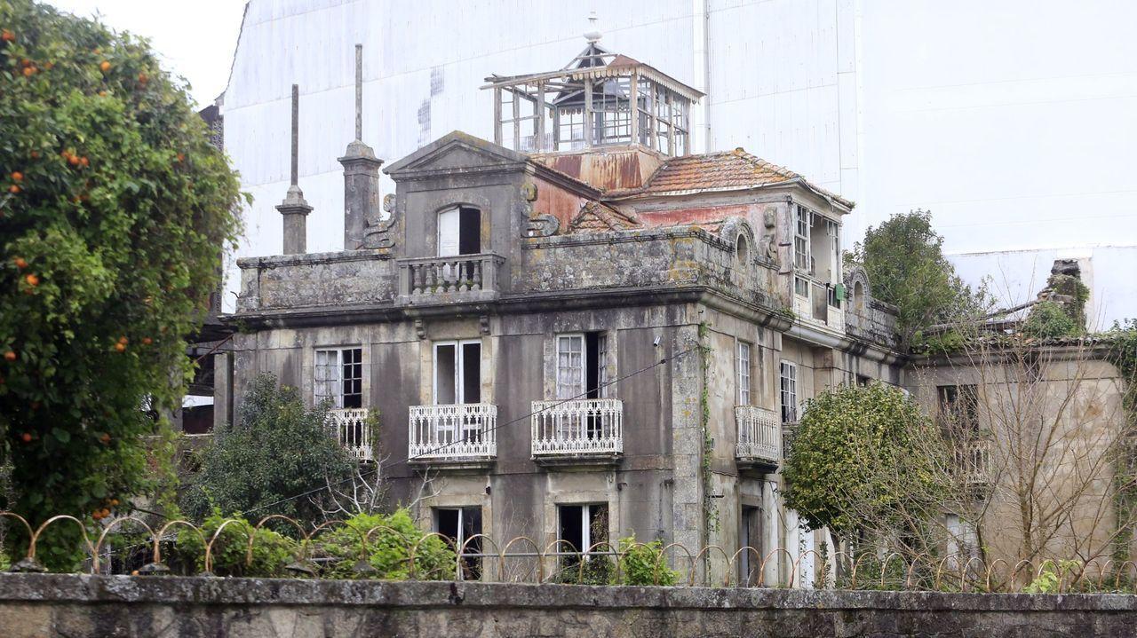 El jardín de San Carlos se construyó en 1834 y acoge veinte ejemplares de «Ulmus x hollandica Mill.» que conforman la única olmeda protegida y catalogada como BIC de Galicia.
