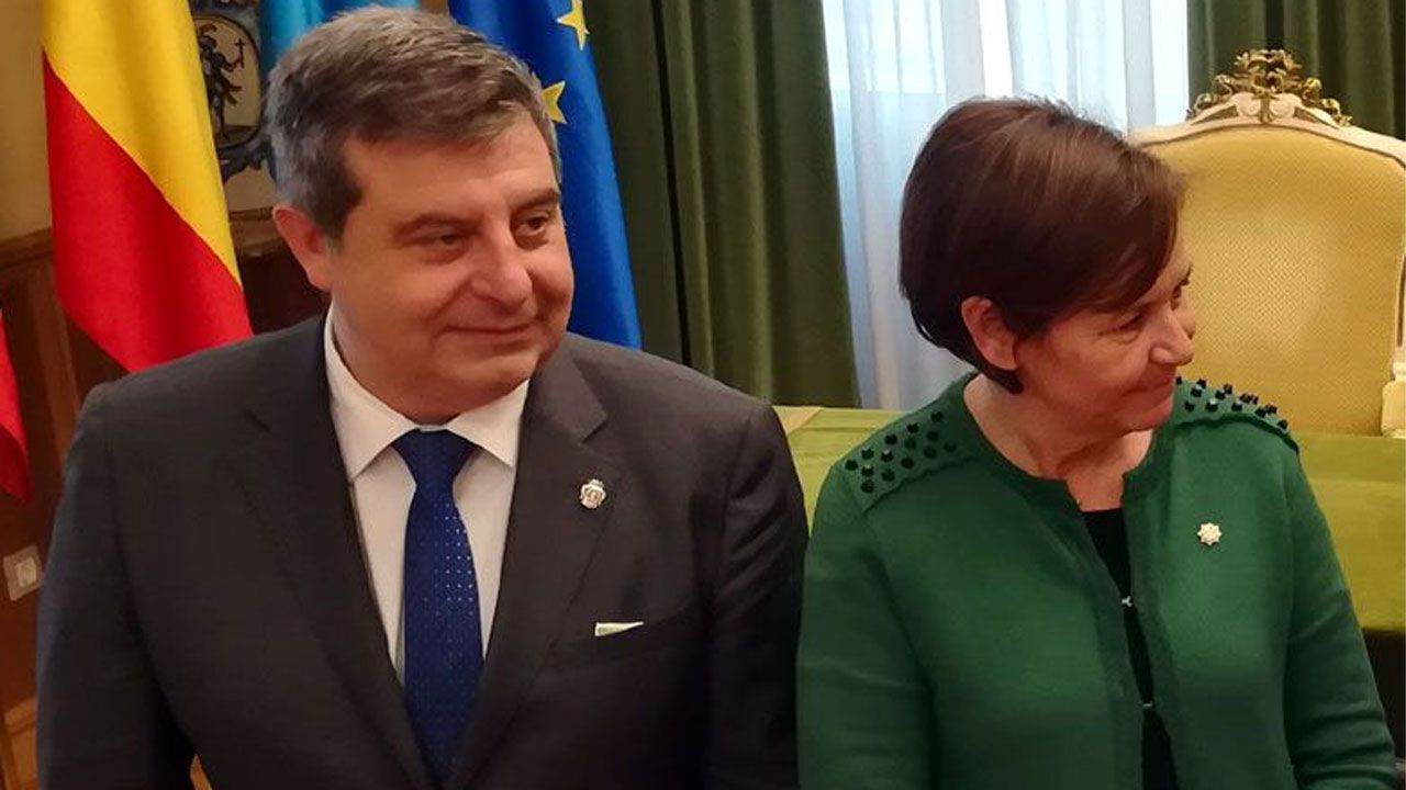 La política y la sociedad asturiana se vuelcan en el adiós a Álvarez Areces.Esteban Aparicio, junto a Carmen Moriyón