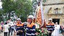 Antiguos miembros de la Brigada de Salvamento Minero llevan en procesión a la Virgen del Carbayu