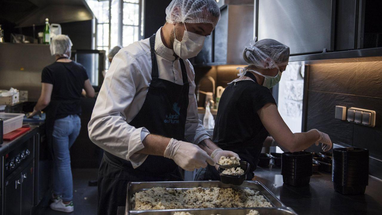 El chef francés David Gallienne prepara comida para sanitarios en la cocina de su restaurante en Giverny durante la pandemia