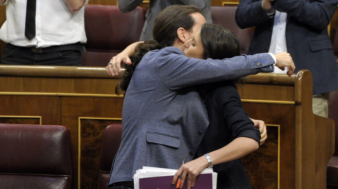 El presidente del Gobierno, Pedro Sánchez, y la vicepresidenta primera del Gobierno, Carmen Calvo, en el Congreso