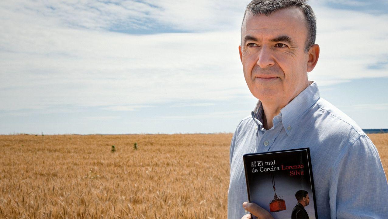 Lorenzo Silva posa con un ejemplar de la última entrega «noir» de Bevilacqua y Chamorro