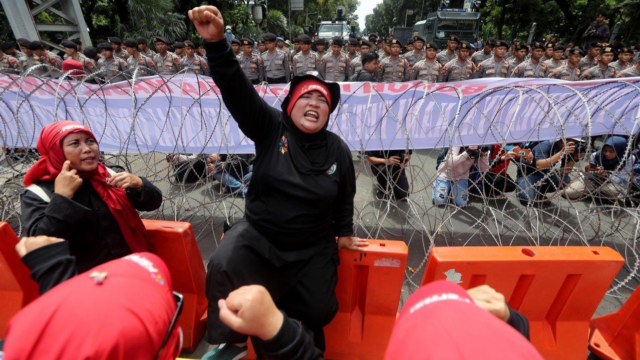 Varias trabajadoras protestan durante una marcha convocada hacia el Palacio Presidencia en Yakarta (Indonesia). Miles de trabajadores toman este Primero de Mayo las calles en Indonesia para pedir al Gobierno un aumento del salario mínimo y una mejora de las condiciones laborales.