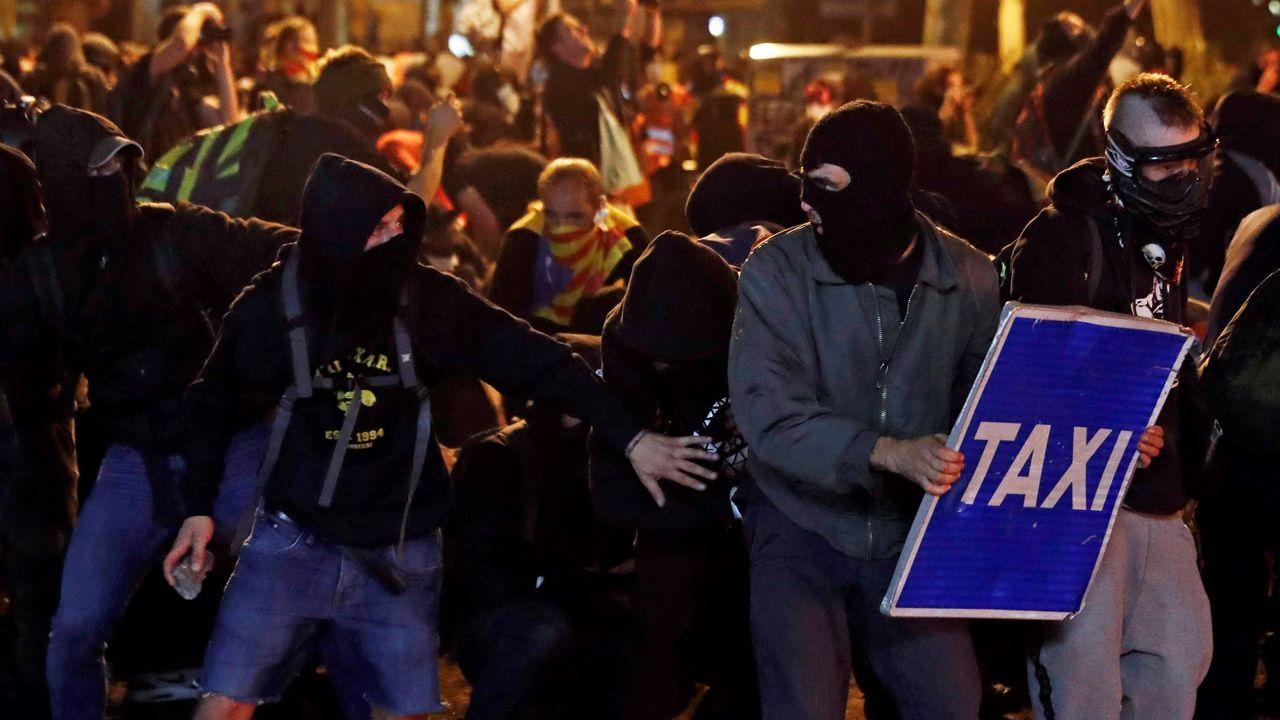 Un policía de Vigo, herido durante los disturbios en Barcelona.Grupos violentos armados con piedras y mobiliario urbano, el viernes en Barcelona