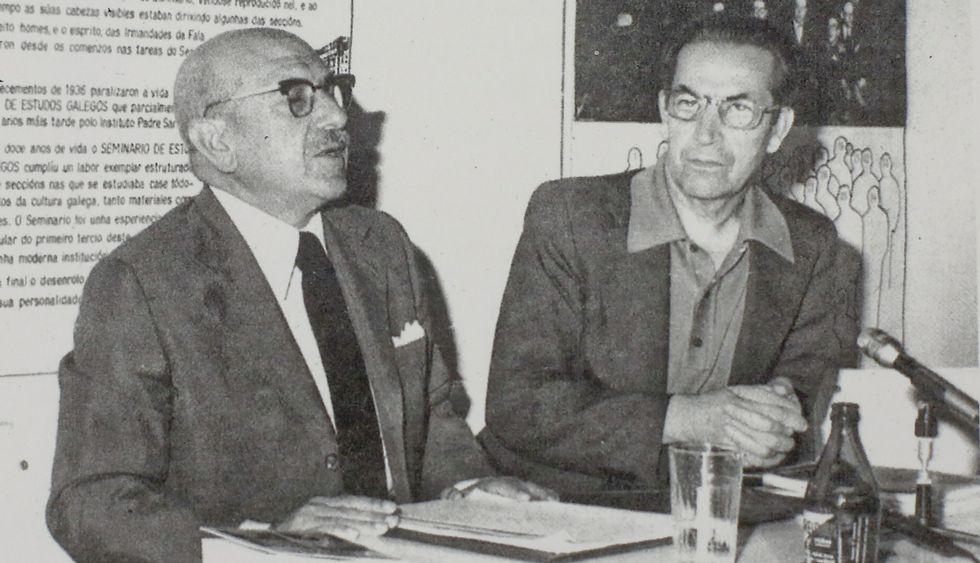 Carballo Calero e Piñeiro, nunha das imaxes do libro, tomada en Santiago.