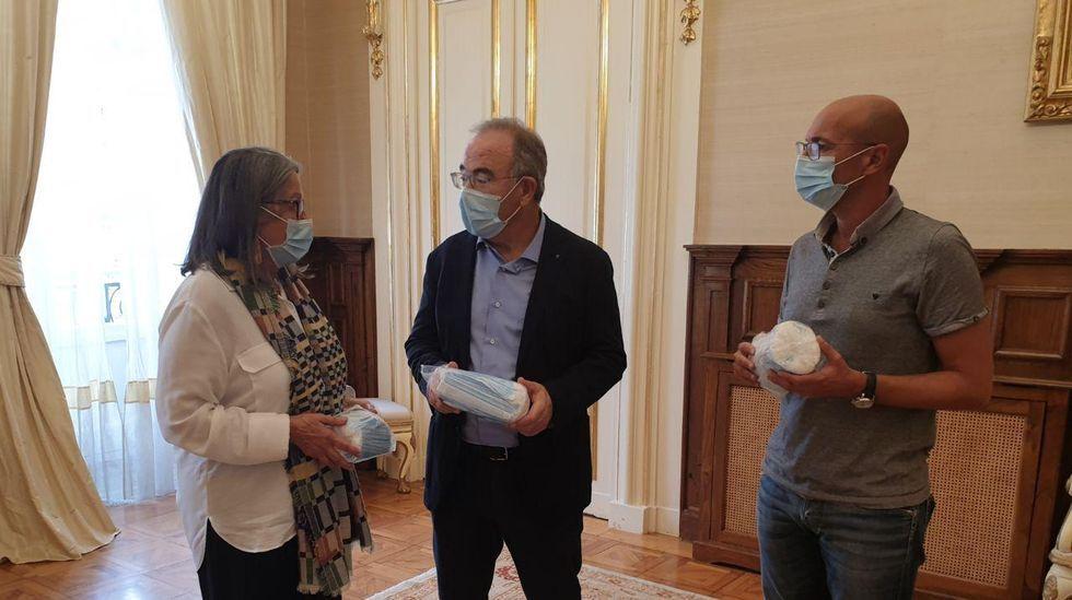 El alcalde de Santiago, Xosé Sánchez Bugallo, la subdelegada del Gobierno en A Coruña, Pilar López-Rioboo, y el concejal de Seguridade Cidadá, Gonzalo Muíños, en una junta local de seguridad anterior celebrada en el Concello de Santiago