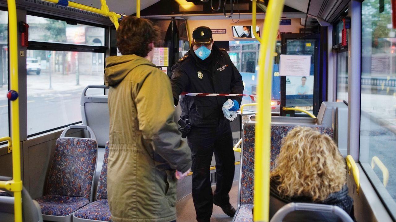 La Policía Nacional repartió mascarillas a pasajeros del transporte urbano