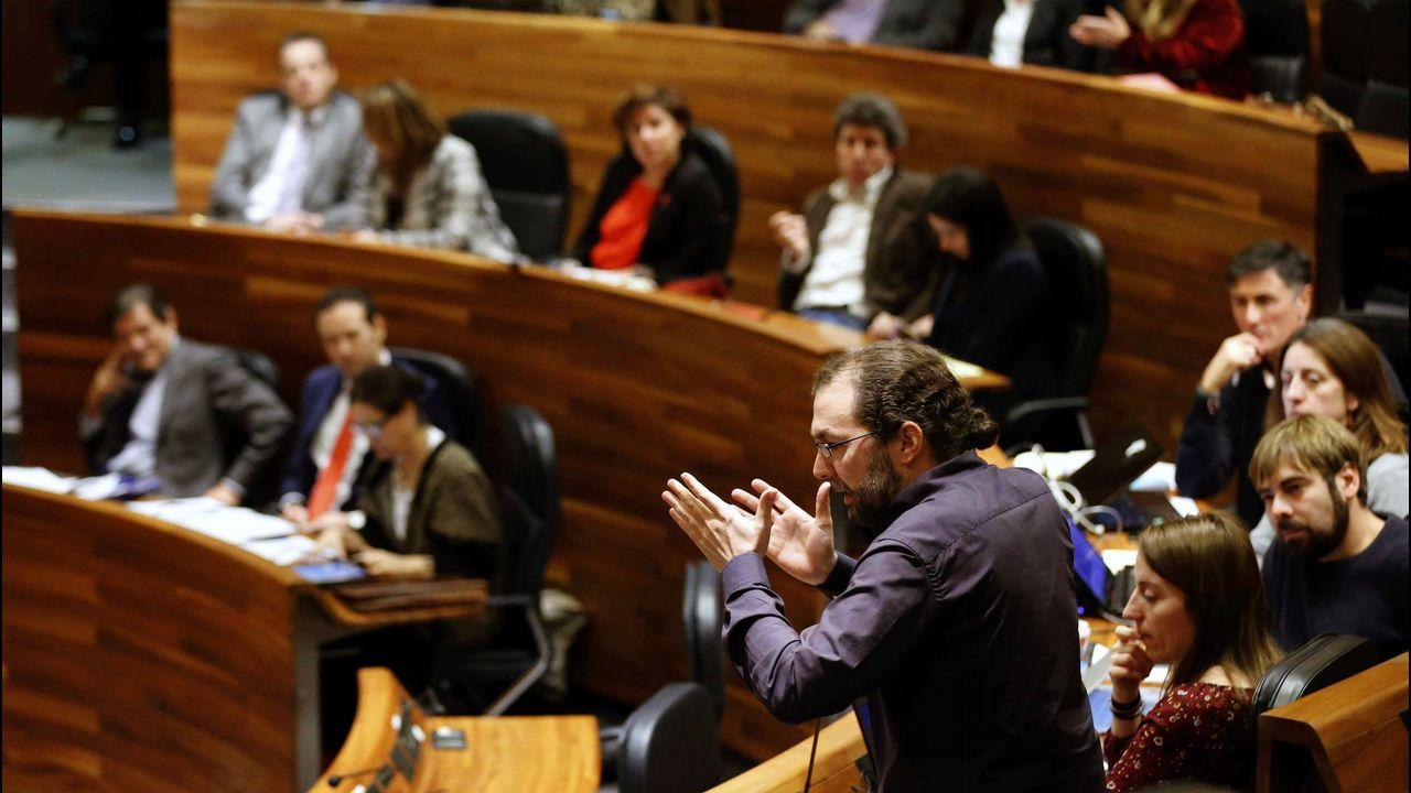 Feijoo: «Que no se castigue a los que cumplimos» incluso teniendo menos recursos». El portavoz de Podemos en la Junta General, Emilio León