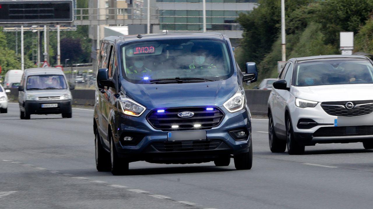 DE COLOR AZUL. Esta furgoneta fue vista este martes por la mañana en los accesos a A Coruña cuando activó las luces para una intervención. No lleva ningún distintivo oficial y usa una matrícula ordinaria. Los agentes sí que van uniformados