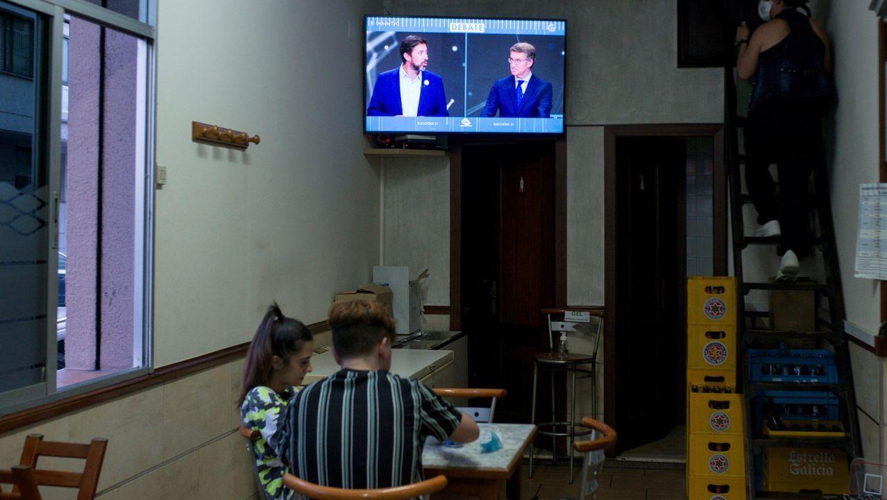 Clientes de un bar durante el debate electoral