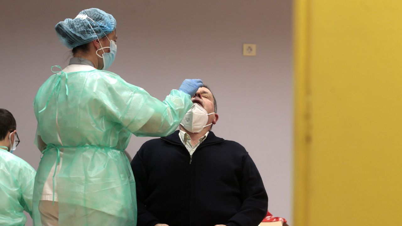 Cribado en busca de coronavirus en el centro de salud de Quiroga, a principios del mes pasado