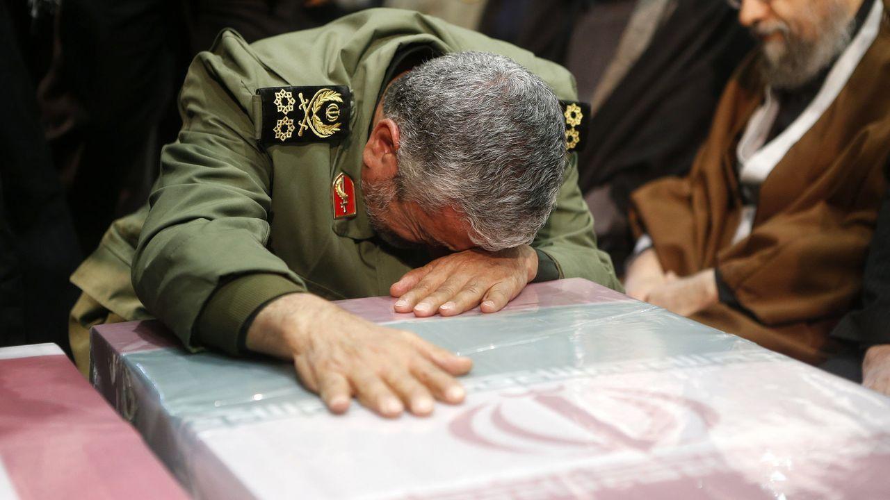 El general Mohamed Alí Jafari llora sobre el féretro del asesinado Qasem Soleimani