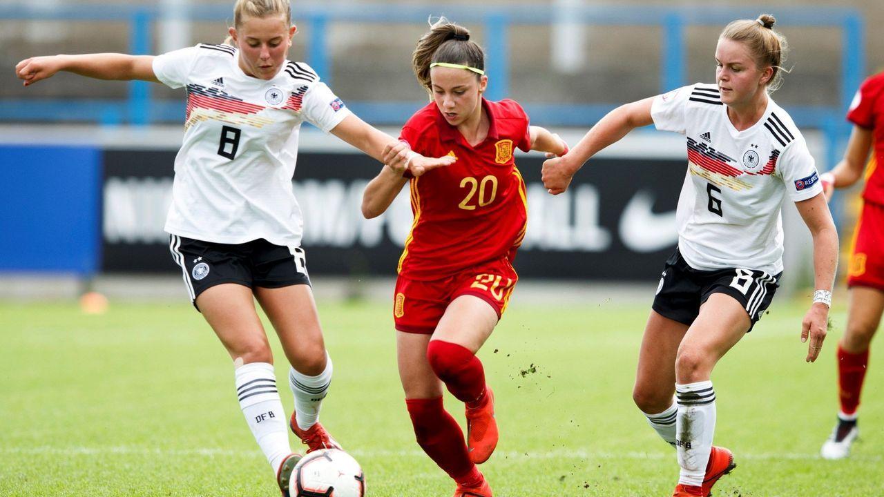 Athenea del Castillo, con el dorsal 20, marcó el gol de España en la semifinal del último Campeonato de Europa sub-19.Athenea del Castillo, en el centro, conduce ante dos rivales de Alemania durante el último Europeo sub-19