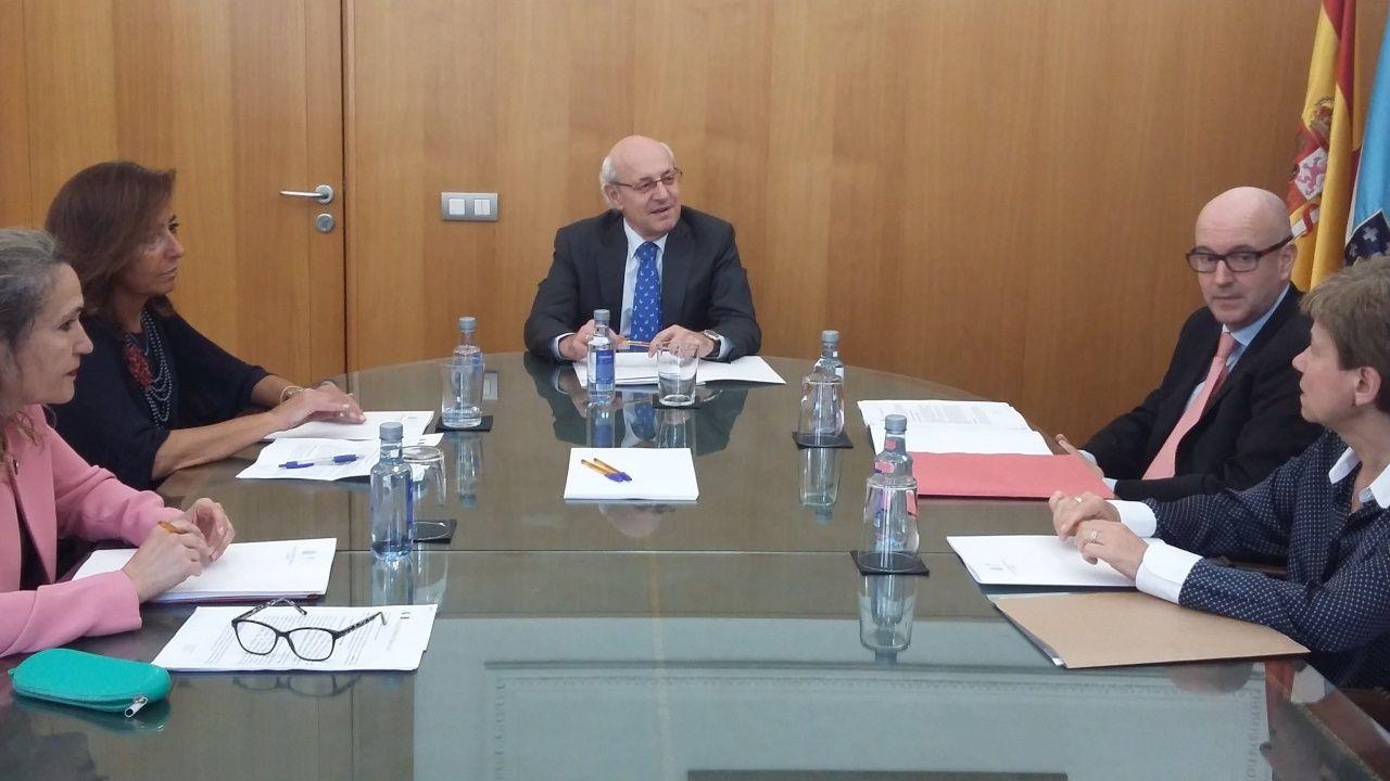 El fiscal superior de Galicia, Fernando Suanzes (centro), con los fiscales especialistas en menores en las cuatro provincias