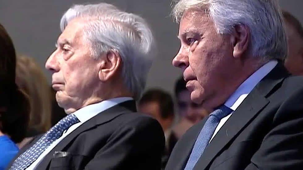 Cospedal: «La renuncia de Soria no tiene que ver con ningún tipo de corrupción».Felipe González y su mujer, Mar García Vaquero
