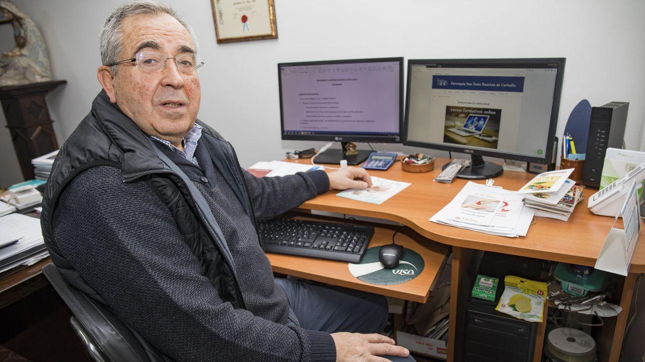 José García Gondar, párroco de Carballo, ante la página web que atenderá