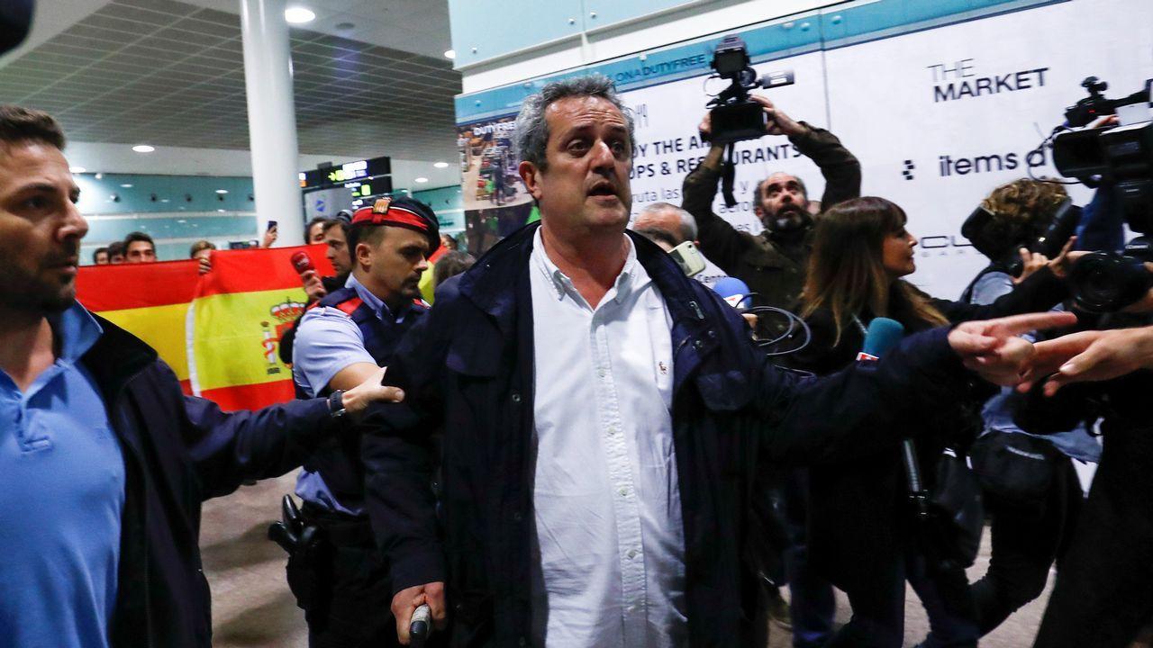 El exconseller Joaquim Forn, recibido con gritos de «a prisión».Roca posa con los dibujos de «El tesoro del Cisne Negro»