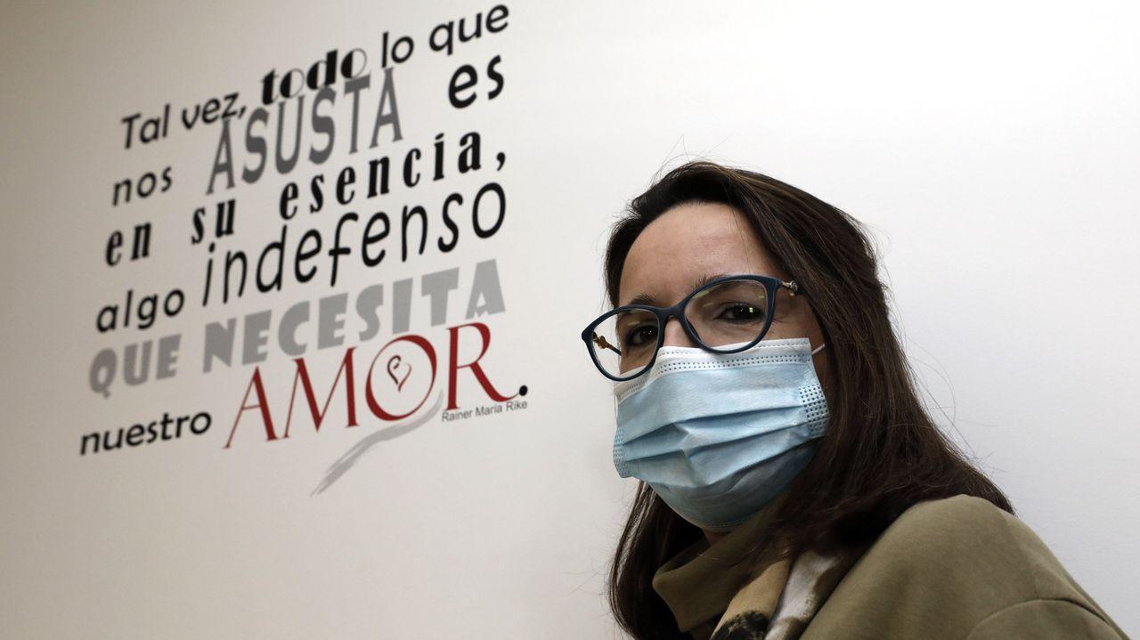Teresa Pérez, en su consulta de E-movere en Viveiro, ante un cartel inspirador