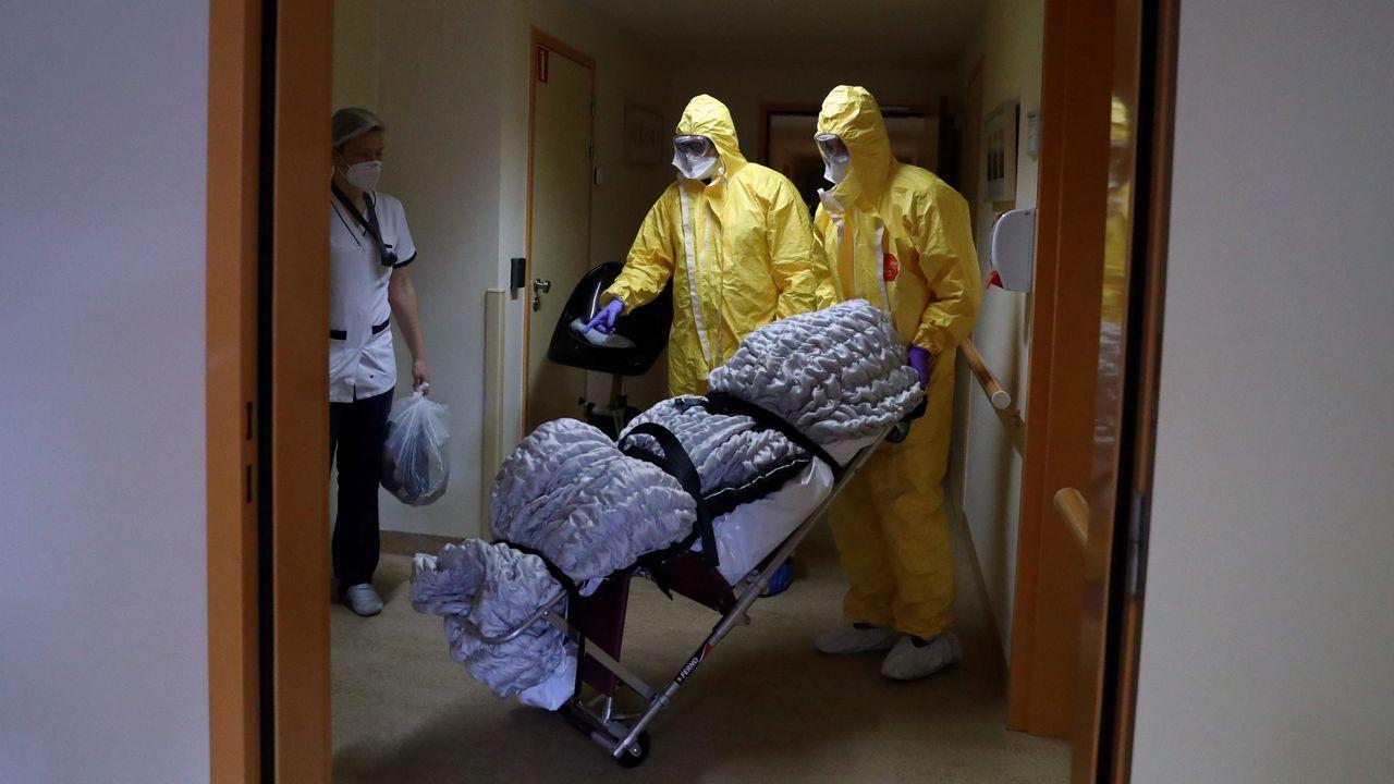 Trabajadores trasladan un cuerpo en una residencia de ancianos en Bruselas, Bélgica